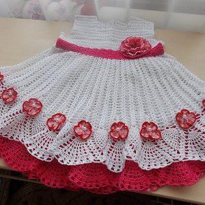 Красные цветы по подолу белого платья