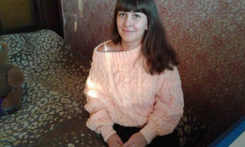 Объёмный узор на светлом пуловере