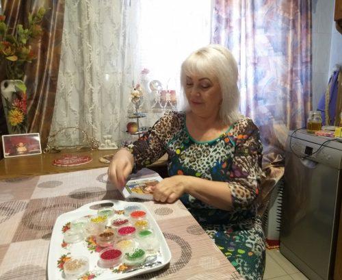 Икона вышивается мастером Валентиной